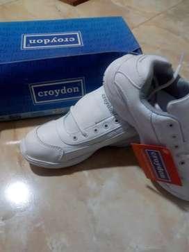 Tenis colegial blanco marca Croydon, oferta último par talla 36