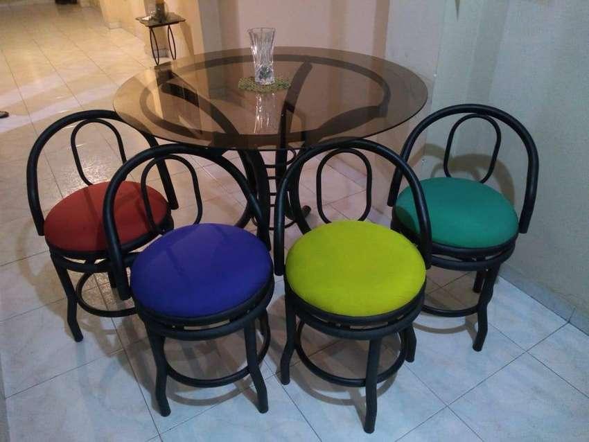 Juego comedor pequeño, sillas giratorias 0