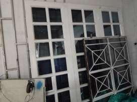 Portón metálico y vidrio