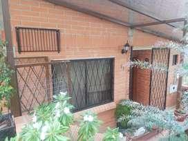 !OFERTA! venta de casa económica en urbanización privada en Ricaurte de 2 pisos con área verde ideal para su familia