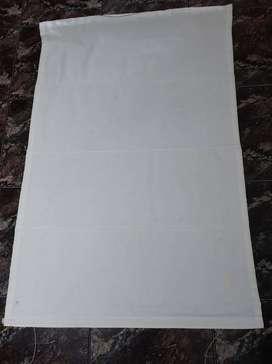VENDO CORTINA ROMANA DE TELA RUSTICA COLOR NATURAL, MEDIDAS: 1,28 DE LARGO x 86 cm de ANCHO.LISTA PARA INSTALAR.