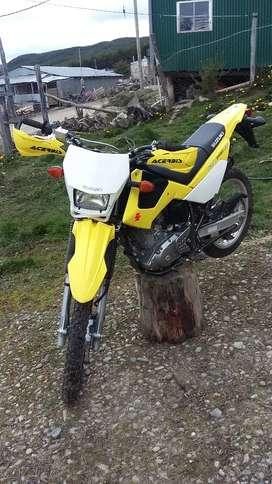Motocicleta suzuki DR200 impecable.