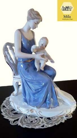 Adorno de Porcelana: Madre con Bebé en brazos