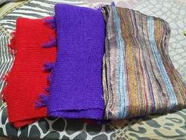 Bufandas de hilo y una de tela