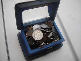 Cofre Antiguo en Metal y Vidrio Con Monedas Antiguas para coleccionistas.