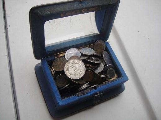Cofre Antiguo en Metal y Vidrio Con Monedas Antiguas para coleccionistas. 0