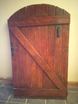Vendo puerta estilo colonial de madera maciza