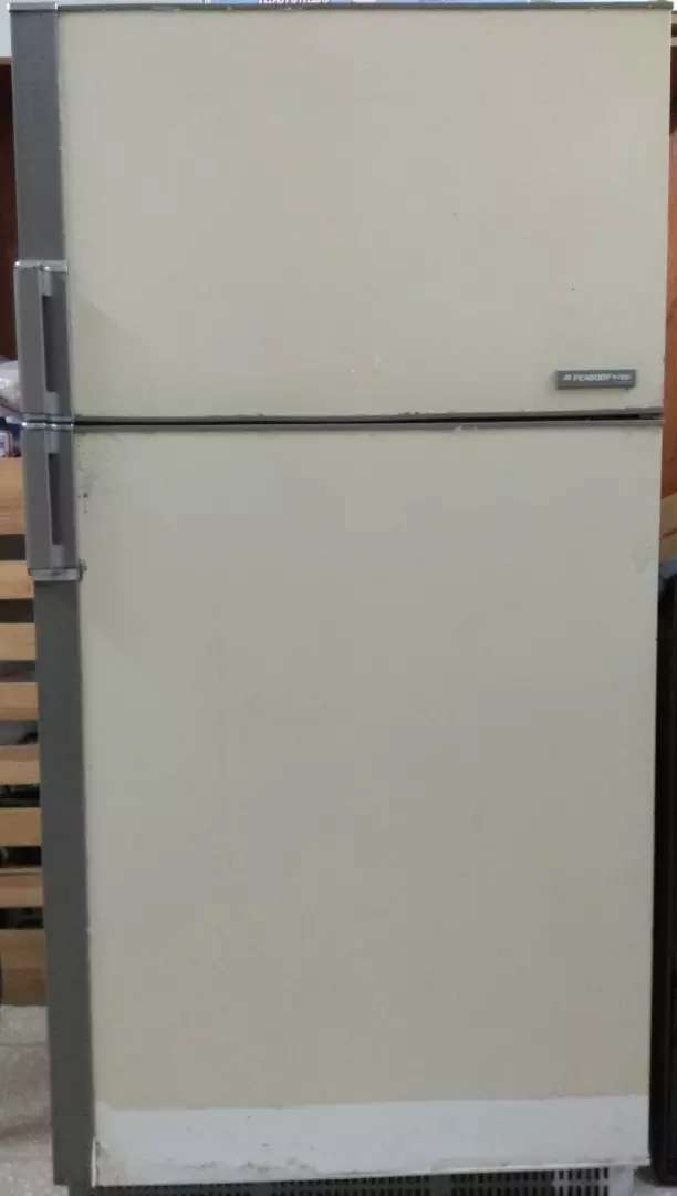 Heladera con freezer. PEABODY TROPICAL 0
