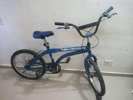 vendo bicicleta de color azul en muy buen estado