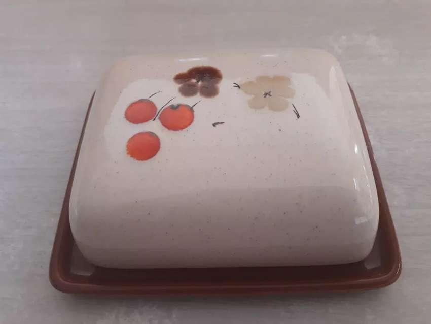 Original mantequera de ceramica estilo vintage en buen estado Mide 16 cm x 14 cm x 5 cm de alto 0