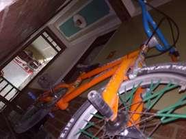 Bicicleta gw Upland usada pero está en buen estado color naranja