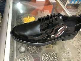Zapatos de charol negro y blanco