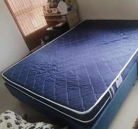 GANGA base cama doble con colchon y  sus respectivas mesitas de noche