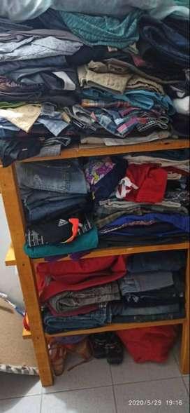Vendo lote de ropa usada o cambio por celular.