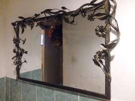 Espejo con flores en hierro