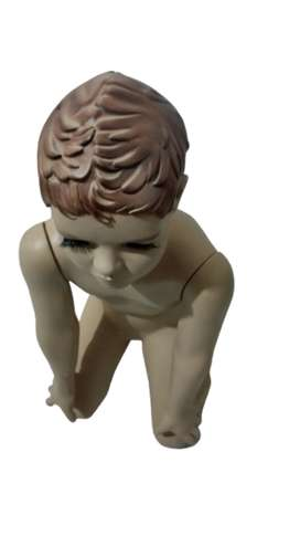 Maniquí de niño arrodillo