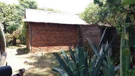 Propiedad 10x30 con casa de material y muro perimetral