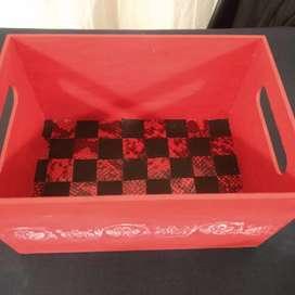 Caja pintada con cuero