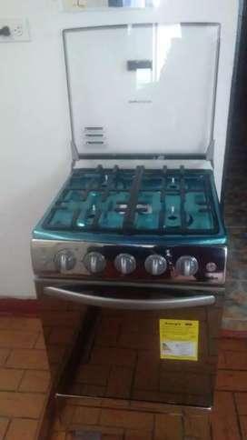 Estufa Mabe totalmente nueva horno tapa vidrio chisperos en los cuatro fogones encendido eléctrico en el horno luz inter