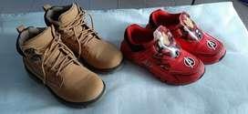 2 pares de zapatos niño talla 33 muy buen estado.