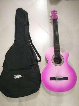 Vendo guitarra rosada con estuche en muy buen estado