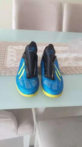 Zapatos de fútbol sintético, están bien cuidados.