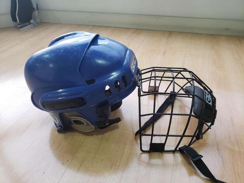 En buen estado Casco para Hockey marca CCM azul 0