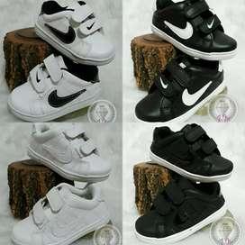 Oferta Descuento en Zapatillas para niños y niñas colegiales escolares tenés Nike para aprovechar