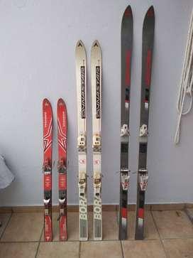 Tres pares de esquíes rectos