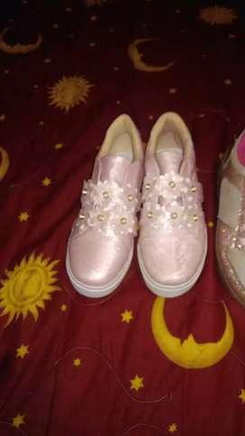 Se vende zapatos de niña