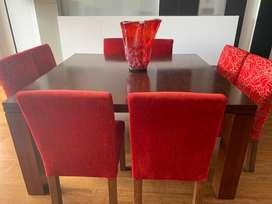 Comedor de madera 1.50 X 1.50 metros con 8 sillas de terciopelo rojas