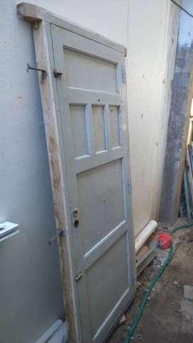 puerta de madera de cedro