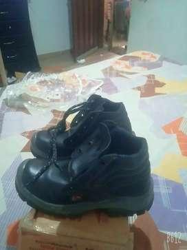 Vendo zapatos punta de acero talla 40