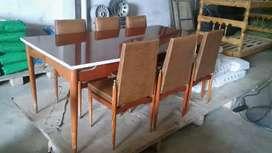 Juego comedor; mesa, sillas y mueble en muy buen estado