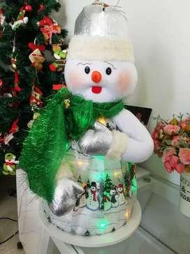 Hermoso muñeco de nieve artesanal