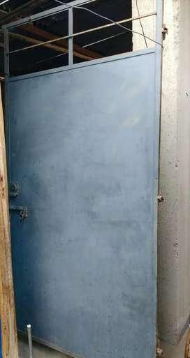 Puerta metálica con marco 1.10x2.12