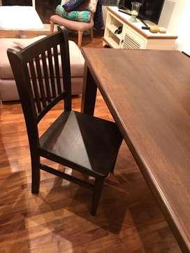 Juego de mesa y 4 sillas sin uso pero con daños de traslado
