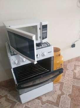 Cocina, microhondas y cilindro gas