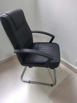 Se venden sillas para sala de juntas y ganchos de madera para ropa.