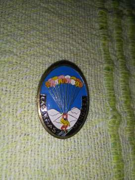 Raro Pin distintivo Las Leñas Mendoza . Recuerdo turístico 1970s paracaidismo