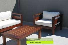 Sala de madera con mesa de centro en Iquitos