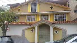 Amplia casa en venta con 3 departamentos con 12 habitaciones en total y con area verde ubicada en cdla parr. Huaynacapac