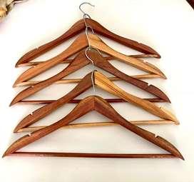 Perchas de madera lustrada