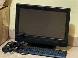 Computadora hp, con en cpu integrado en el monitor, teclado y el mouse.
