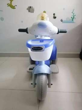 Moto infantil eléctrica con baúl y canasta.