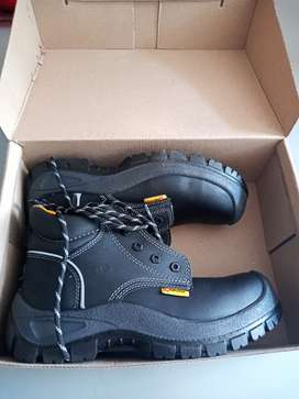 Botas negras - Marca Robusta - talla 38