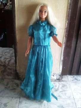 Muñeca Barbie de 1 metro con vestido .