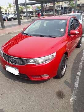 Auto kia cerato rojo