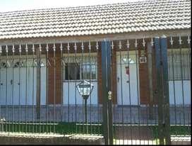 Casa en alquiler 2 dormitorios, garaje, patio verde quincho