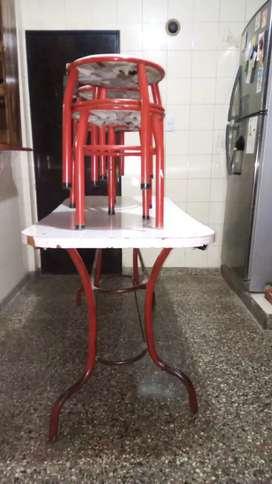 Mesa de cocina con banquetas